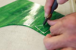 工程.3 型紙に合わせて、ガラスをカット